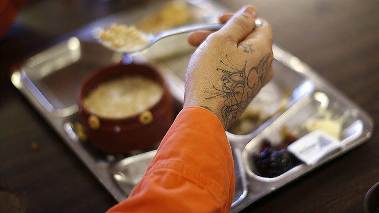 Norma de hrana, de 2 ori mai mare pentru un detinut?!