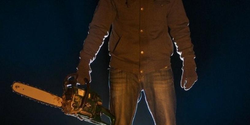 Ultraj| Agent atacat cu topoarele si drujba