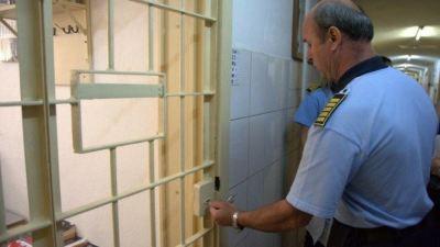 Ministrul Justitiei ia banii angajatilor si ii ofera detinutilor