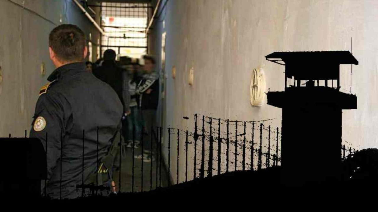 Agenti umiliti de ofiteri in fata detinutior
